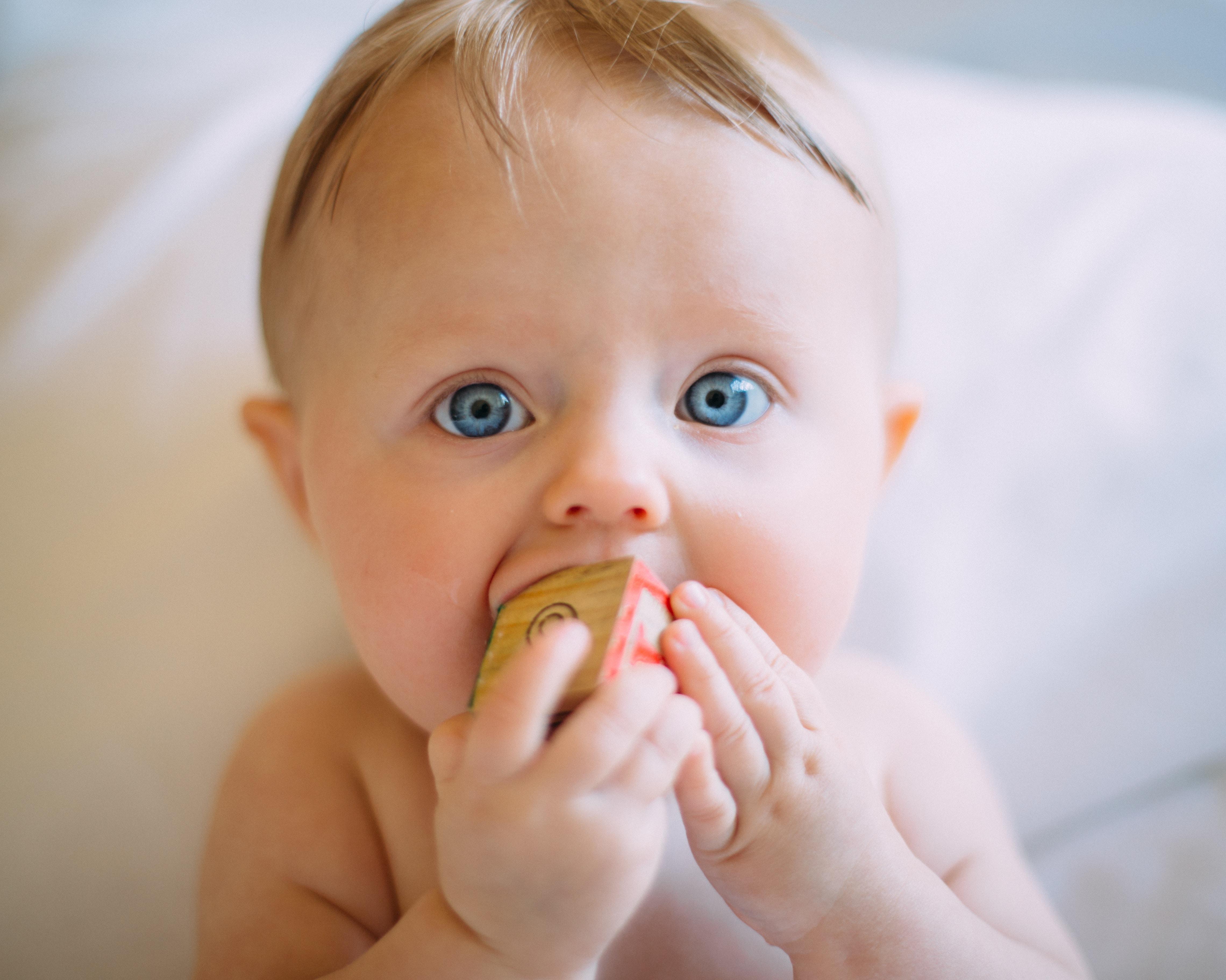 Bebé auto alimentandose