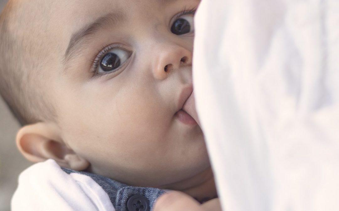 Cuando tu bebé solo mama tumbado o adormilado: nuestra experiencia